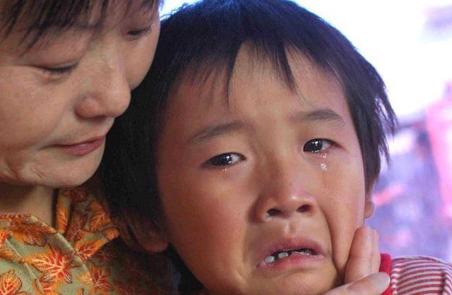 同样是孩子遭受挫败,两种妈妈的不同做法,将造就孩子不同的人生