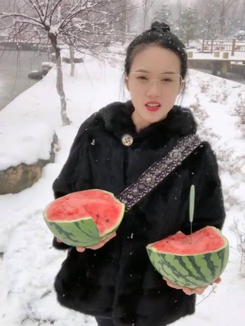雪地里吃大西瓜🍉吃货秋姐