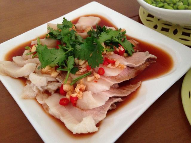 吃货美食:凉拌五花肉、油淋茼蒿、剁椒鱼头、鲜美杏鲍菇的做法