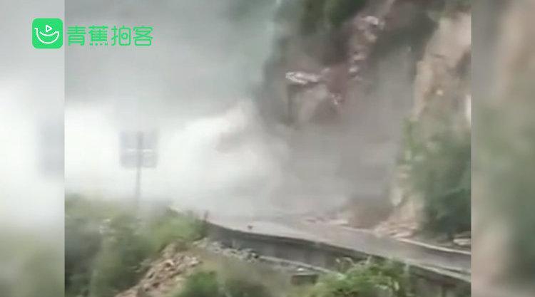 惊险!甘肃陇南山体滑坡巨石滚落 预警及时无人员车辆损伤