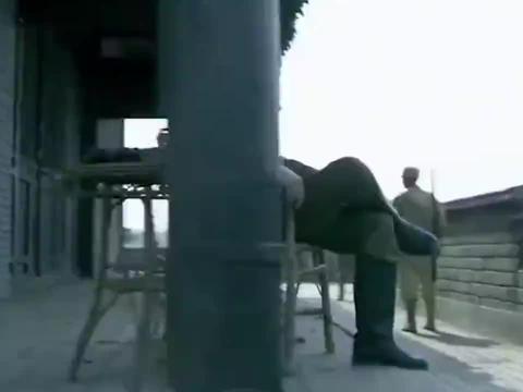 鬼子大热天穿雨衣,长官立马察觉不对劲,直接下令轰击日军阵地