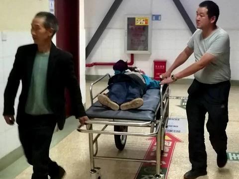 84岁老人摔伤 云南曲靖会泽供电局员工连夜护送至医院紧急救治