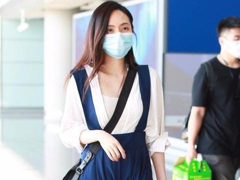 歌手刘惜君现身机场,穿背带裙打扮清秀,32岁还一副清纯模样