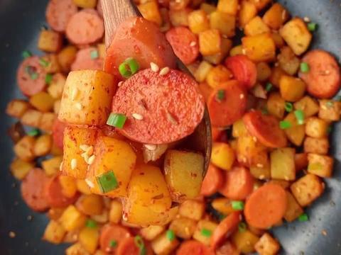 街边烧烤土豆火腿肠,风味独特干净卫生,学会再也不用上街买