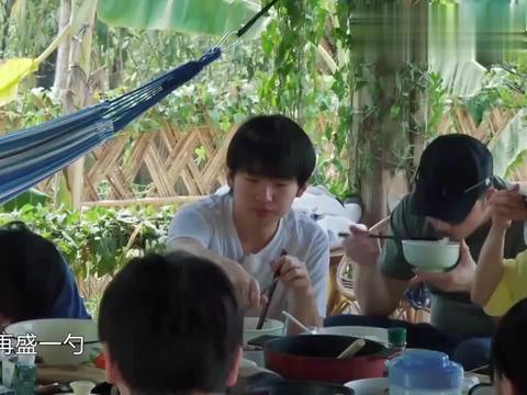 何炅嫌郭麒麟吃得多,自己下一秒却又端起一碗米饭,郭麒麟懵了!