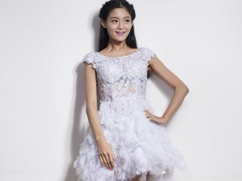 纯妃扮演者王媛可定妆生图,白色羽毛公主短裙,身材纤瘦,气质好