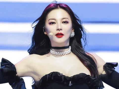 张雨绮舞台造型撞衫韩国jennie,一个冷艳高级一个甜酷奶凶
