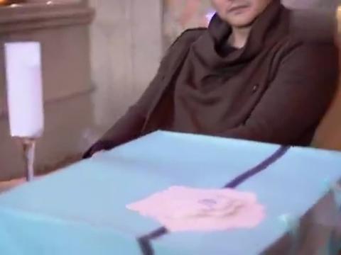 王朝阳去向简嘉明嘚瑟,没想到摘下墨镜,把简嘉明乐够呛