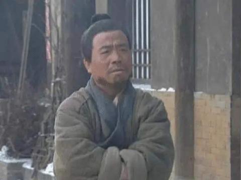 """他是""""武大郎""""的扮演者,自己身高不足一米三,妻子却将近一米七"""
