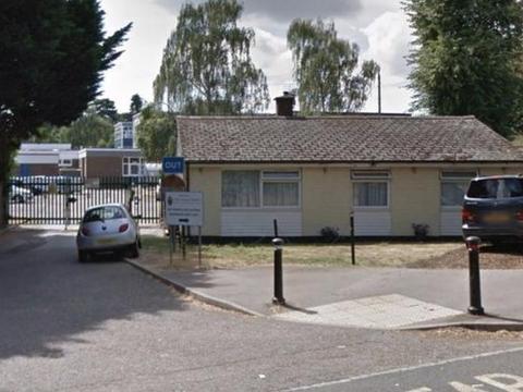 英国夫妇借住学校平房17年,养大四个子女,至今仍赖着不肯搬走