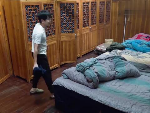 陈伟霆刚睡醒,就把刷牙水泼张钧甯身上,陈伟霆:让你吵醒我!