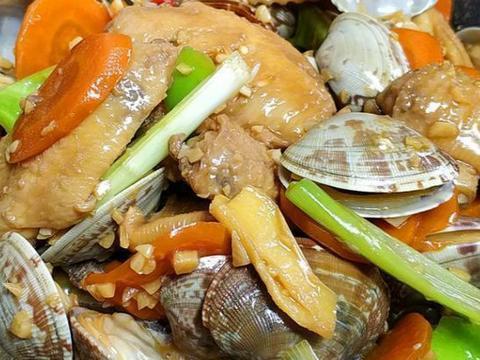 蛤蜊烧鸡翅,虾米卷心菜,西红柿凉面,杏鲍菇炒青椒