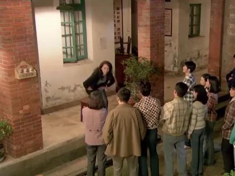 剧团众人打算闯进郁珠宿舍,被立勋当场阻止,一番话团员都害怕了
