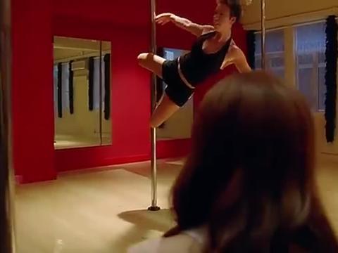 女生让自己男友练钢管舞?这样折磨他,旁边人都笑了