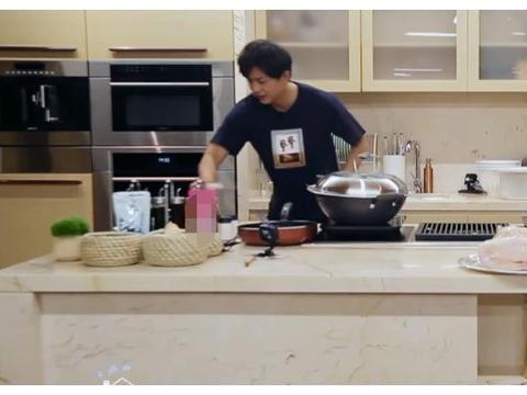 李佳航做炒肉,看到他放了啥食材调料,赌一包辣条,没人吃得下去