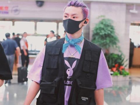 王琳凯教你怎么穿出嘻哈风,染上满头的紫发,引人瞩目!