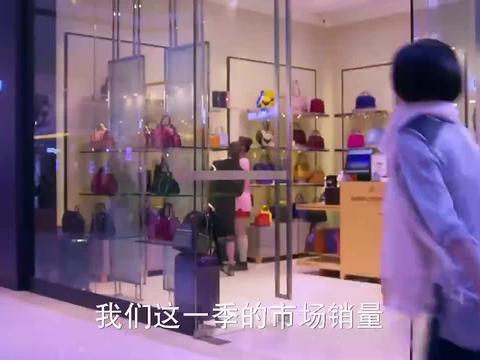 女孩看包包被嘲笑买不起,没想到一口气买了四个,直接打脸服务员