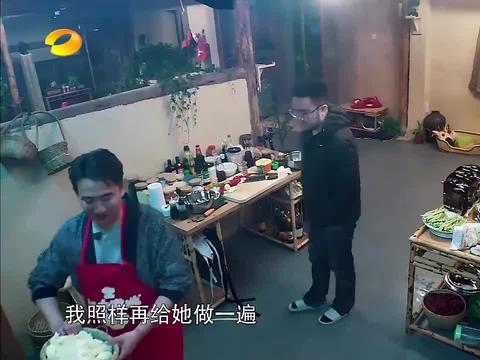 """为庆祝上次的""""豆角中毒事件"""",黄磊又做了一道乱炖,送给宋丹丹"""