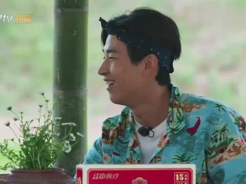 彭昱畅说自己快成秃头了,看到他的发际线,黄磊:彭彭是真快了!