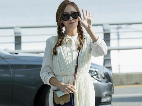 郑秀妍终于翻车,穿白色连衣裙扎双麻花辫,绑带罗马鞋太显腿粗