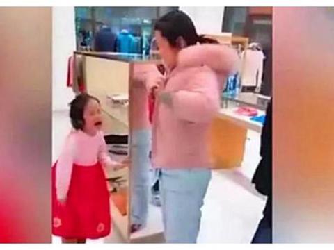 宝妈忘记买饮料,7岁女儿当众对其拳打脚踢,爸爸的做法太解气