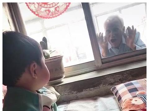 """84岁老爷爷""""偷看""""1岁宝宝,老爷爷趴窗户上的动作,让人泪目"""
