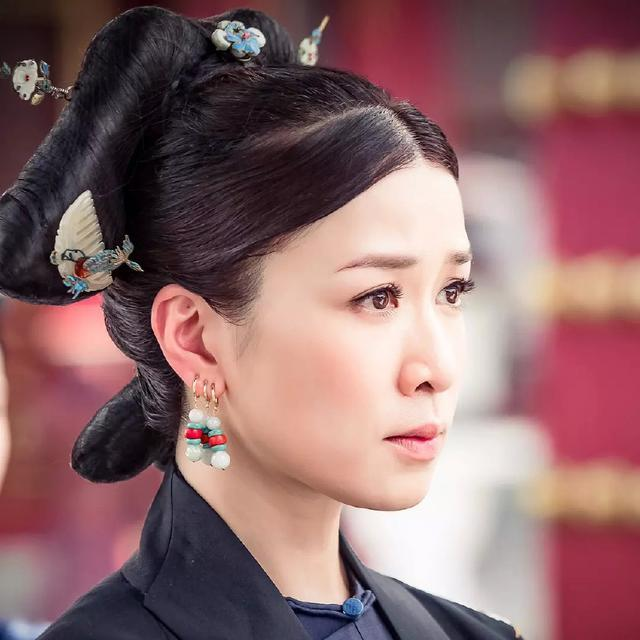 佘诗曼喊话郑嘉颖,他的妻子陈凯琳隔空回应,真是另一对秦岚杨颖