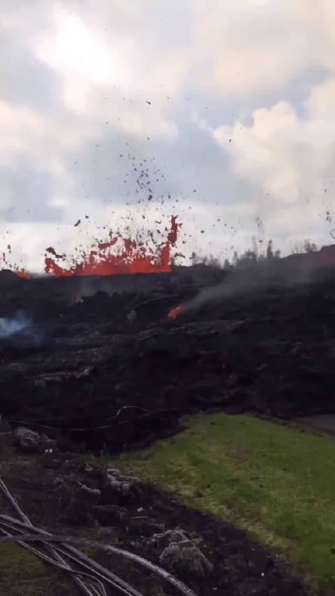 愤怒的火山岩浆喷发,像极了地球在流血,敬畏大自然