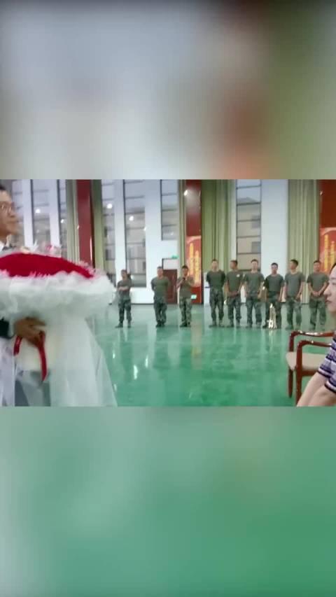 左手牵你,右手敬礼!浪漫少校求婚成功,祝福这对军婚新人!
