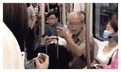 宝妈公交上掀衣喂母乳,被大爷大骂没素质,宝妈回怼引乘客称赞