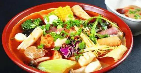 严选美食:麻辣烫,小炒黑木耳丝,茼蒿土豆糙米饭团,生菜豆皮卷