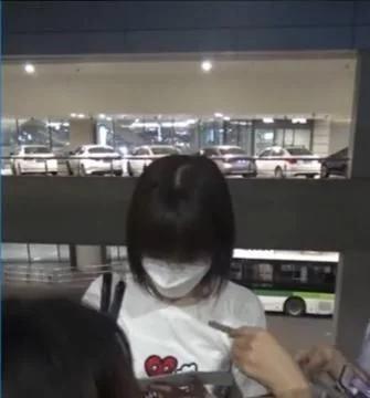 毛晓彤现身机场,被粉丝围观签名略显拘束,疑似摆拍为新剧预热