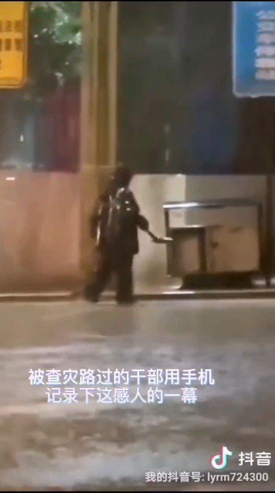 略阳一环卫工人冒雨清理街道垃圾
