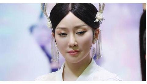 人都是化妆才能出门,萨顶顶是卸妆更惊艳,神婆变玉女