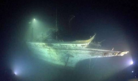 男子海底潜水,发现庞大物体,定睛一看马上游回上报