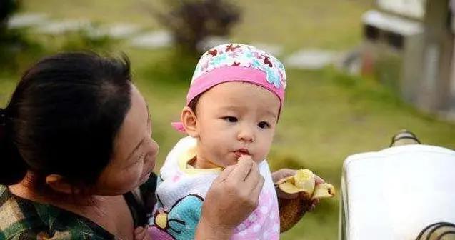 为啥中国都是姥姥帮忙带娃,爷爷奶奶去哪了?背后原因很真实