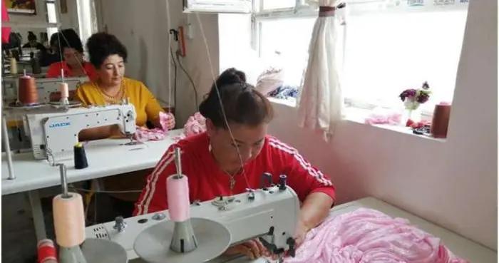 """新疆""""刀郎之乡"""":乡村时装设计师的致富路"""