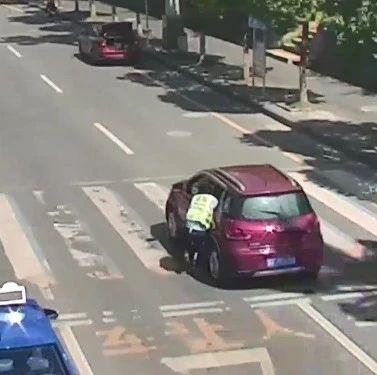路遇检查,他驾车拖行执勤交警近200米!如此疯狂竟是因为……