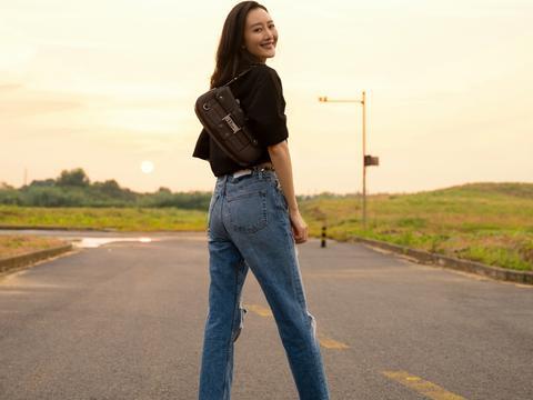 她因《伪装者》彻底走红,今穿黑色T恤配破洞裤,大长腿抢镜十足