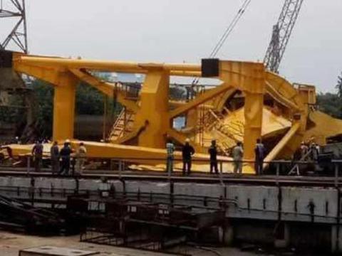 70吨起重机倒下去,补给舰建造遇麻烦?没事,印度工人死伤不影响