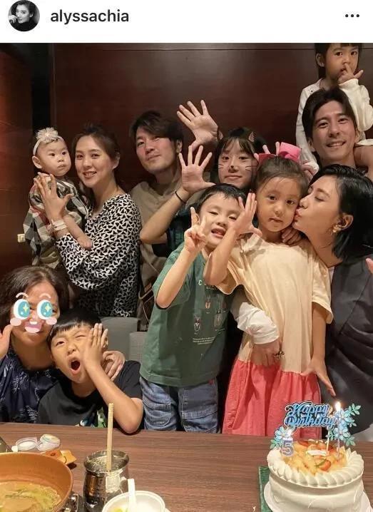 贾静雯一家为咘咘庆祝5岁生日,感谢妈妈辛苦生下她,感动又好笑