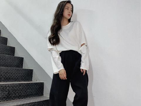 """欧阳娜娜晒私服美照,穿""""原谅色""""卫衣配直筒裤,舒适又帅气"""