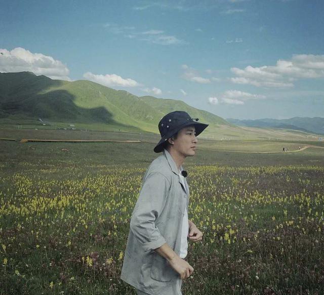 贾乃亮晒旅行照,看上去年轻了十岁,单身生活好自在