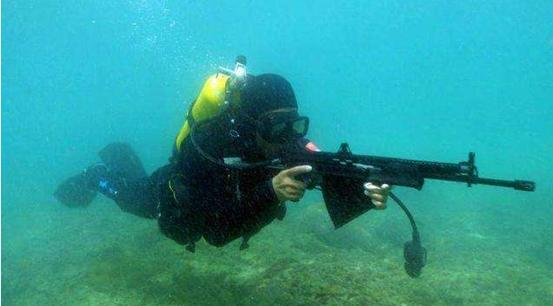 """敌方蛙人的噩梦:中国蛙人装备精良,""""水下步枪""""能打20米远"""