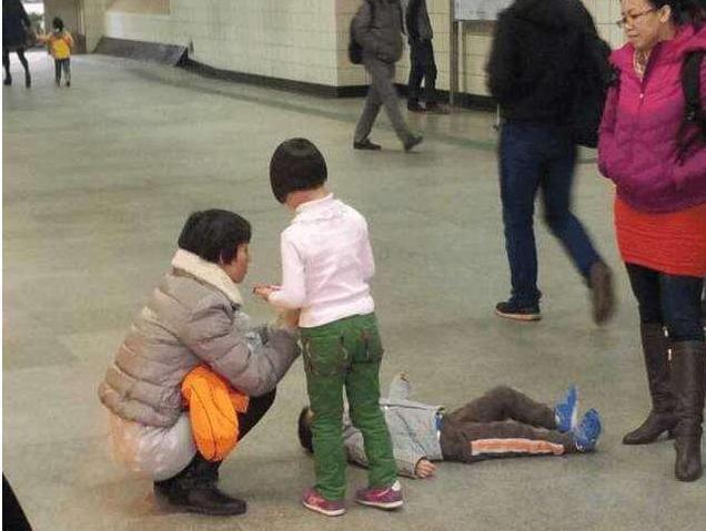 孩子要买玩具被妈妈拒绝,当街撒泼打滚,宝妈处理方式令人称赞