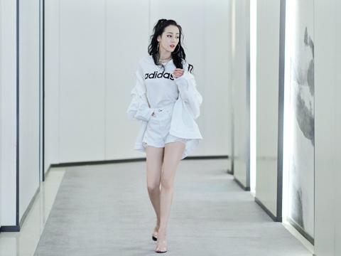 """迪丽热巴真美,穿透明高跟鞋配白色短裙,一双""""漫画腿""""强势吸睛"""
