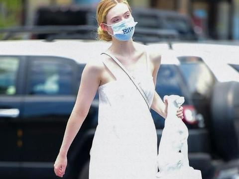 小仙女艾丽范宁出街,一袭长裙白到发光,网友:口罩竟然是定制的