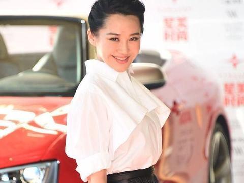 """被51岁许晴圈粉,穿白色""""镂空""""礼服裙真清新,低马尾也能显高贵"""