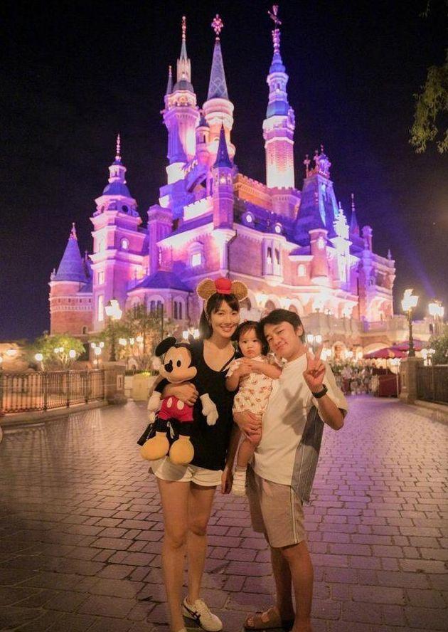 王祖蓝一家三口游玩迪士尼,女儿颜值遗传妈妈,胖嘟嘟的十分可爱