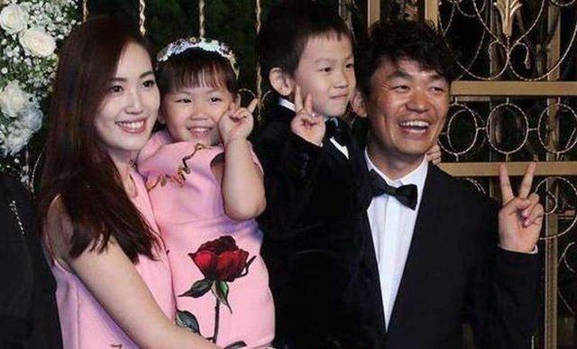 王宝强马蓉离婚后,儿子跟爸爸女儿跟妈妈,兄妹随便后变化巨大